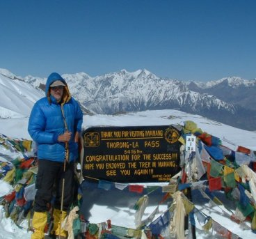 David, helado de frío, posa al llegar a la cima.